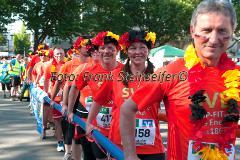 Insgesamt 9000 Teilnehmer gingen beim 11. Siegerländer AOK-Firmenlauf auf die 5.535 Meter lange Strrecke mit Start am Bismarckplatz bis in die Siegener Innenstadt und zurück. Ein Rekordergebnis, denn damit war die größte Breitensportveranstaltung Südwestfalens erstmals komplett ausgebucht!