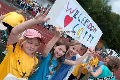"""128 Schülerinnen und Schüler aus 8 Grundschulen nahmen an der vierten Auflage des Mocki-Cups teil -- einem Lauftalent-Sichtungswettbewerbes im Rahmen des Projekts """"Erfolg mit SchuSS"""" - Schule und Sport Siegen. Ausrichter war erneut der CLV Siegerland. Den großen Wanderpokal staubte erneut die Grundschule Wilgersdorf ab, die den Preis zum dritten Mal gewann und somit die Trophäe endgültig in Besitz nehmen kann."""