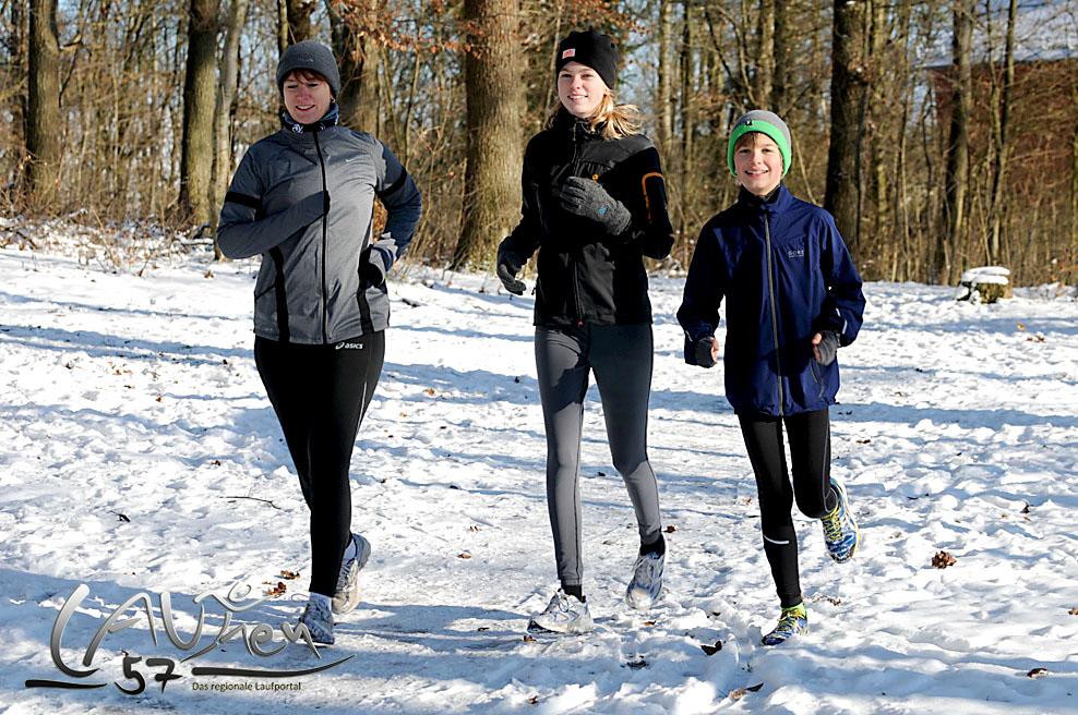 Laufen in Siegen: Mutter läuft mit Tochter und Sohn im verschneiten Winterwald am Häusling.