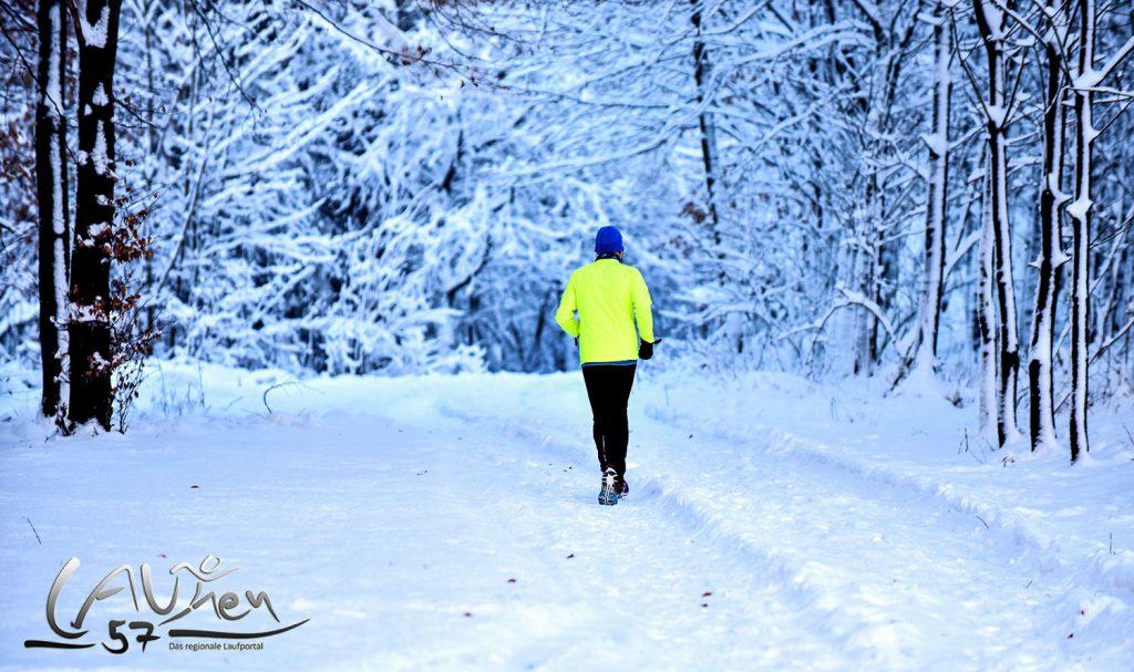 Laufen im Winter. Ein Läufer im tief verschneiten Waldgebiet an der Eisernhardt in Siegen.