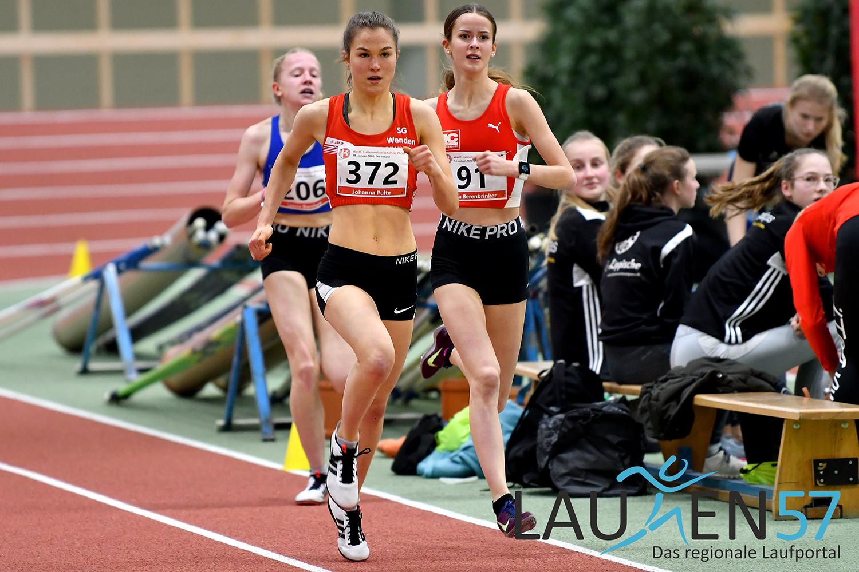 Westfälische Hallenmeisterschaften am 18. Januar in Dortmund: Johanna Pulte (Startnummer 372) von der SG Wenden lief über 1500 Meter der Weiblichen Jugend U18 ein beherztes Rennen und wurde überraschend neue Westfalenmeisterin in 4:44,19 Minuten.