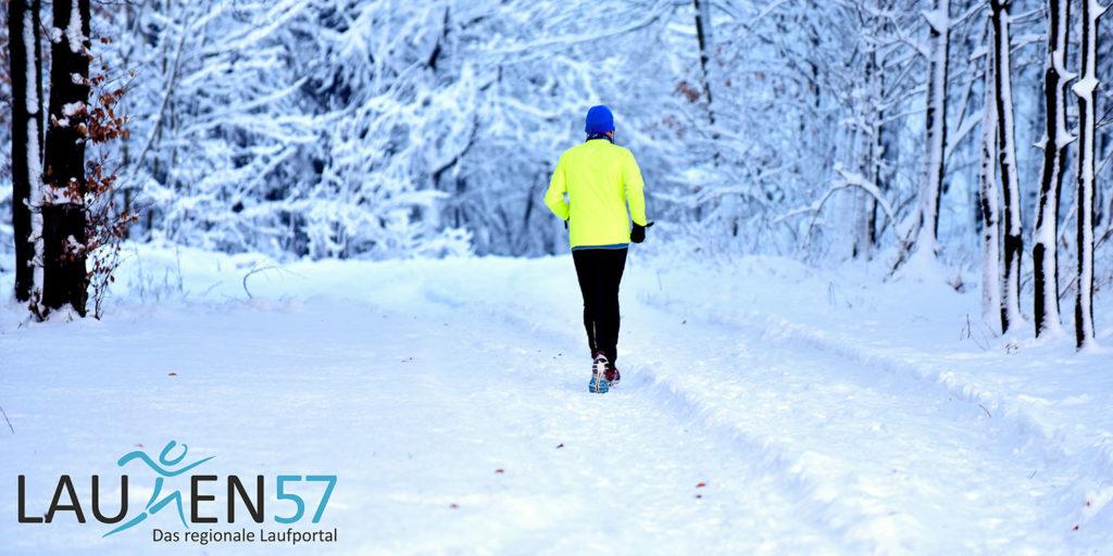 Laufen in Siegen: Ein Läufer im tiefen Schnee im Waldgebiet an der Eisernhardt in Siegen.